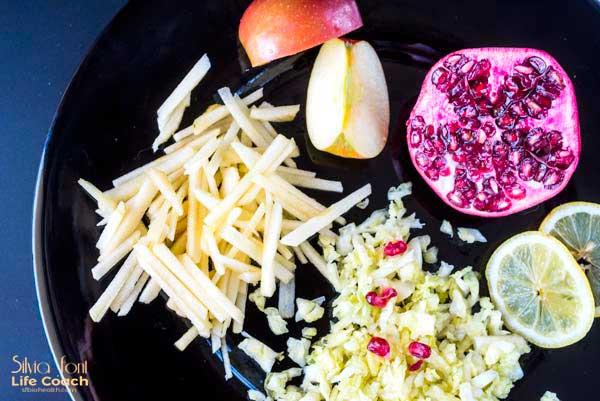 Ensalada de col con manzana y granada